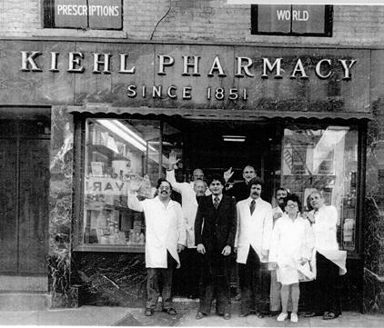 El equipo Kiehls frente a la boutique de New York