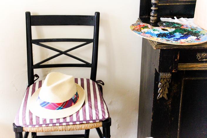 """Mi paleta de pintura y sombrero de GANT en la habitación """"Laurel"""" de Trasierra."""