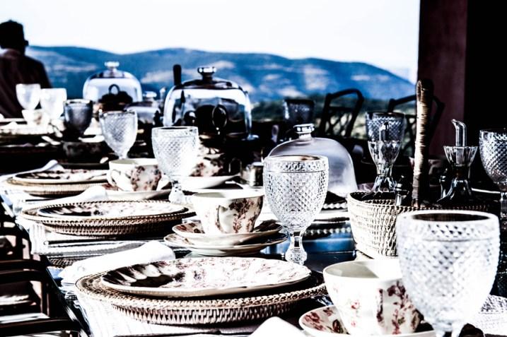 Mesa de desayuno con copas portuguesas, las mismas que hay en casa.