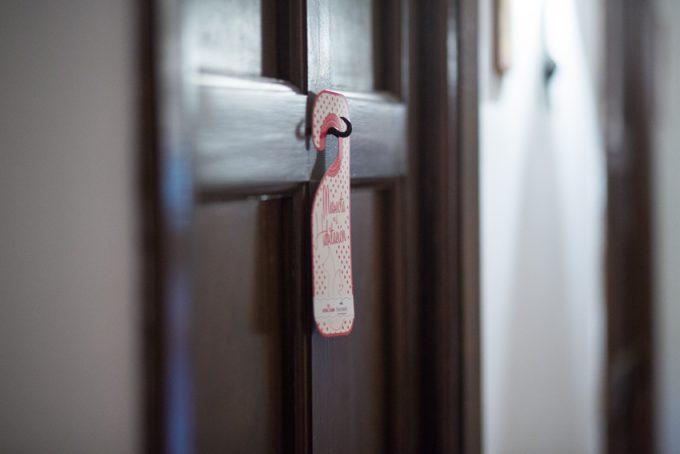 Letrero de PARADORES y ROYAL CANIN en nuestra puerta.