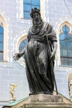 Fuente de Moisés y la iglesia Franziskanerkirche.