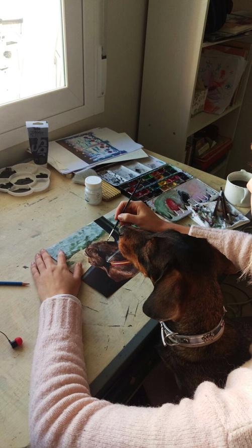 Figueroa Domecq y Lora, la teckel acompañó a la artista durante parte del proceso creativo.