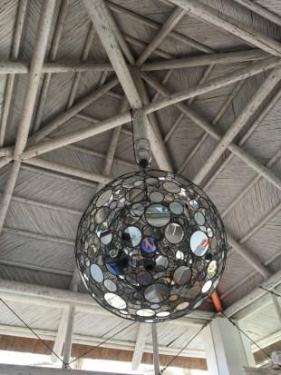 Una gran y original bola de espejos ilumina uno de los salones del Sea Grill.