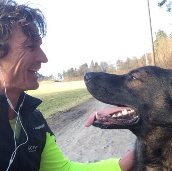 Petter Stordalen y uno de sus perros. Foto: @petterstordalen.