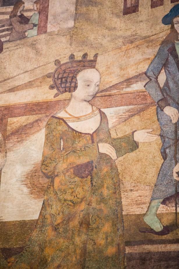Frescos medievales en las paredes.