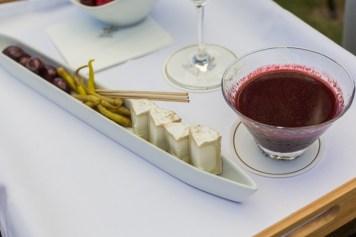 Aperitivo: gazpacho de ciruelas, queso de cabra Bio, aceitunas...