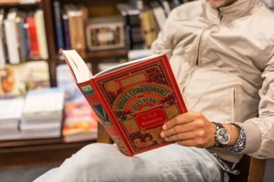 """Disfrutando de """"20.000 Leguas de Viaje Submarino"""" de Julio Verne."""