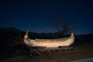 Esta canoa, traída desde Tailandia, va a la deriva por el cielo de La Brizna.