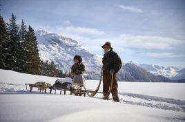 Imágenes de la película. Heidi (Anuk Steffen) y Almöhi (Bruno Ganz) mit dem Schlitten unterwegs zur Alm