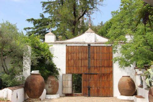 Para vivir este cuento andaluz hay que acceder por una puerta inmensa de madera.