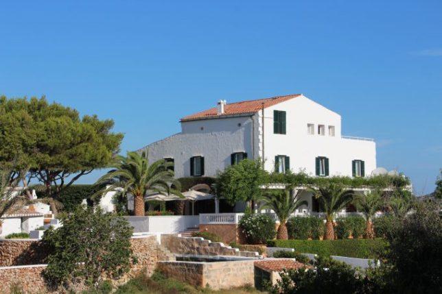 La casa principal aloja sus mejores suites, la recepción y el restaurante.