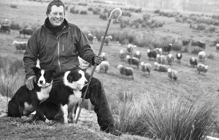 James Rebanks con Tan y Floss en su granja próxima a Matterdale.