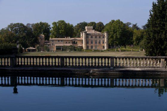 Vista de Villa Baulieu desde el bosque.