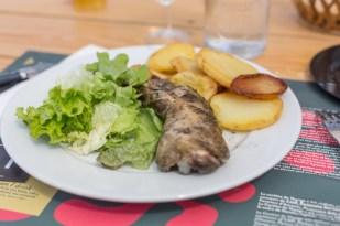 Pollo de corral con verduras de la huerta.
