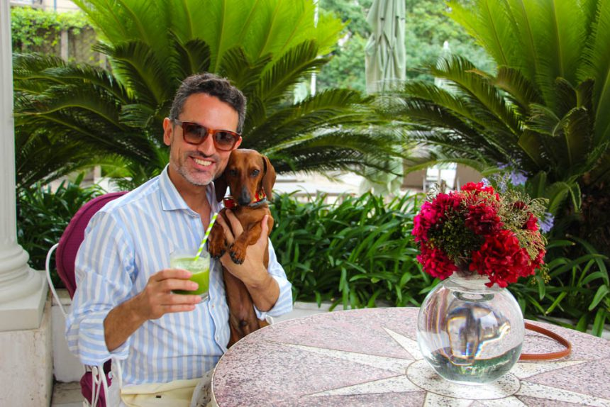 Brindando con un smoothie detox en La Mansión del Four Seasons Hotel Buenos Aires. Gafas GUCCI, camisa GARÇON GARCÍA y collar MASCOBOUTIQUE. Fotos: Christian Oliva-Vélez.