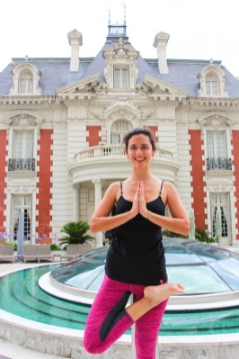 Dolores Wetzler, mi profesora de yoga. Detrás, La Mansión.