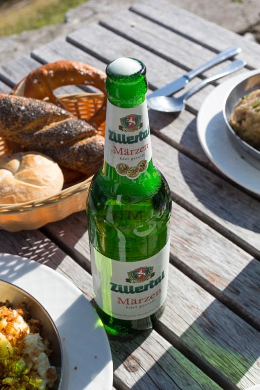 Panes y cerveza local.