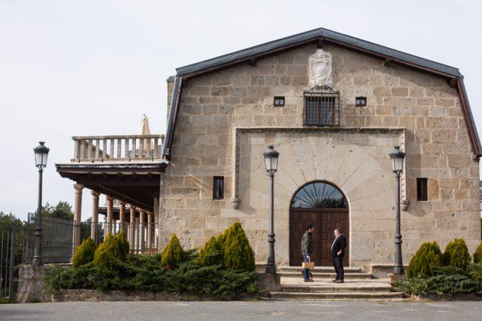 Con Eros y nuestra cesta de cetas junto a la antigua puerta principal del Parador.