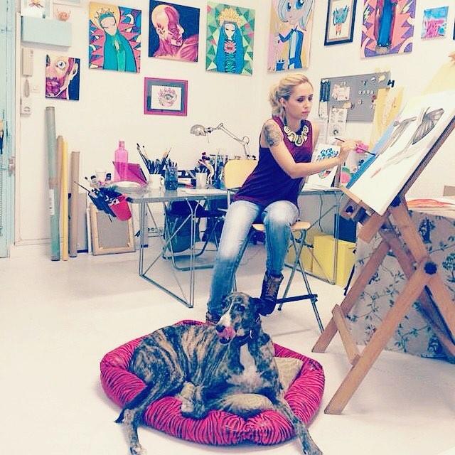 La artista Rebeca Khamlichi de Las Muy Perras en su estudio de Madrid con Antonio.