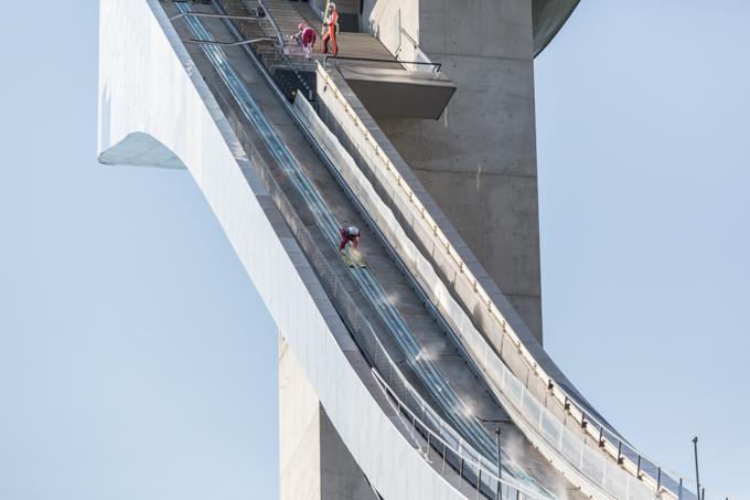Esquiador deslizándose por la rampa.