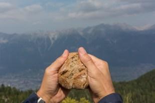Partiendo un pan tirolés para compartirlo.