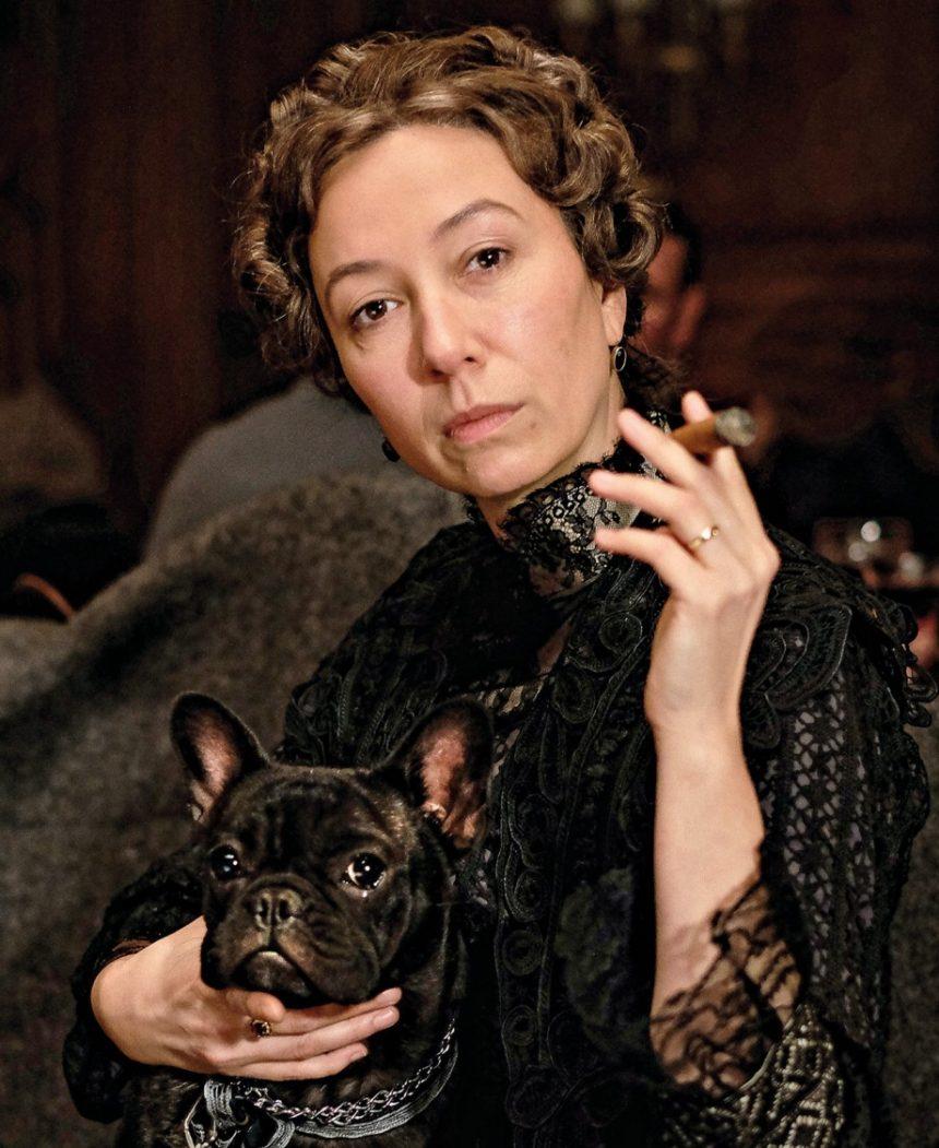 La protagonista interpreta a Anna Sacher, la fundadora del hotel Sacher, que siempre iba acompañada por sus Bulldog.