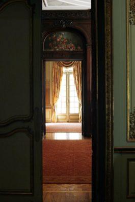 Atmósfera palaciega francesa; para su construcción, el arquitecto Roberto Prentice tomó como fuente de inspiración una de las viejas alas del Palacio de Versalles.