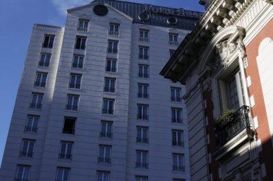 El hotel conjuga el estilo clasicista francés, Luis XIII, de La Mansión y el moderno edificio.