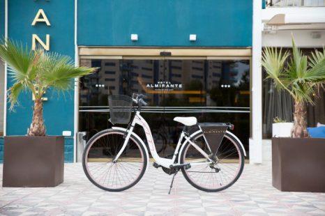 Puerta de acceso principal. Las bicicletas del hotel están disponibles para los huéspedes, consultar precios.