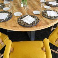 Mesas con madera vista y sillas cómodas invitan a disfrutar.