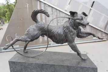 "Escultura ""Perro en el Trampolín"" o Bikkja i Bakken de Elena Engelsen, Holmenkollen."