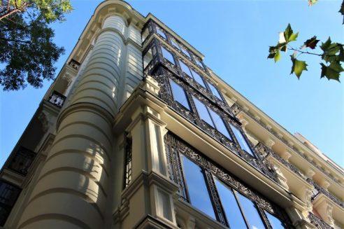 Mirando hacia arriba, soy tan pequeño que desde aquí todo se ve inmenso (calle Antonio Maura).
