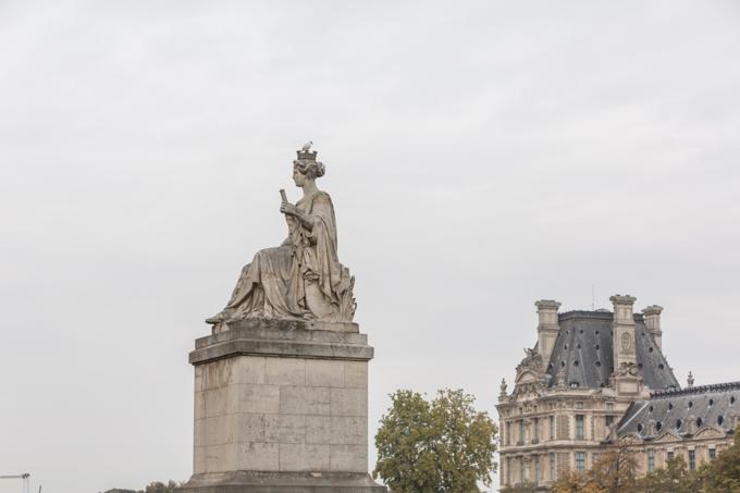 Una de las cuatro estatuas alegóricas del puente Carrusel (orilla del Quai Voltaire), representa la abundancia y es obra de Louis Petitot.