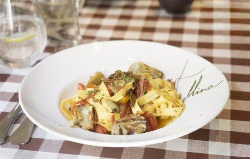Tagliatelle con pomodorini, carciofi, speck y salvia.