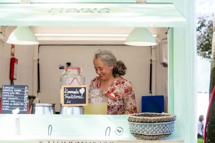 Señora con su negocio de limonadas.