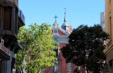 Círculo de Bellas Artes y la iglesia de san José (1745).
