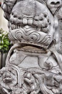 Detalle de un león de Buda.