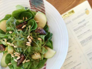Ensalada de manzana verde con higos y frutos secos, 12€.