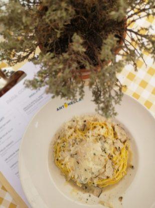 Spaghetti al tartufo parmigiano e uovo poché, 18€.