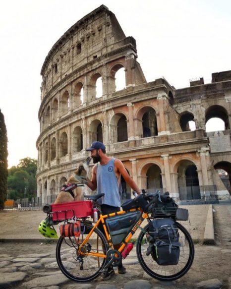 Los viajeros junto al Coliseo de Roma.