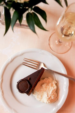 Parte de mi desayuno en el Hotel Sacher Salzburgo, la tarta con champagne.