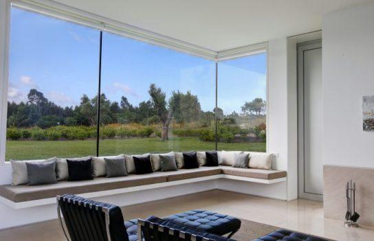 Salón de una villa con vistas a los olivos.