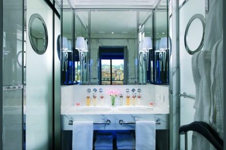 Mármol de Carrara en los baños de las suites.