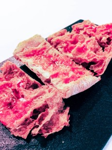 Pan de cristal con tomate, aceite de oliva y sal (2,90€).