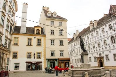 Café histórico en la plaza de los Franciscanos.