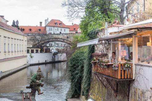 Contemplando el Molino del Gran Prior desde el restaurante Velkoprevorsky Mlyn.