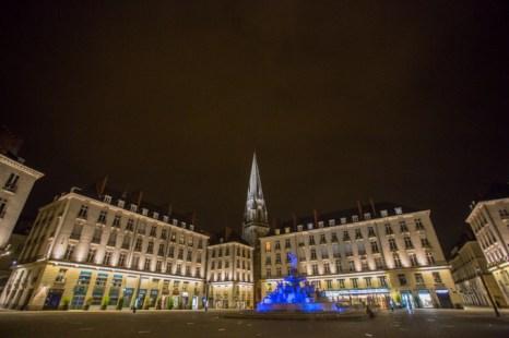 La plaza Royale en el barrio de Bouffay, simboliza la tradición marítima de Nantes y es del siglo XVII. Comunica la parte antigua con la nueva.