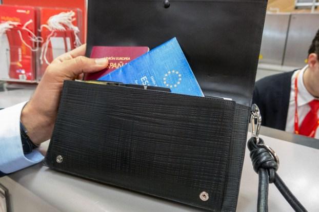 """Sobre el mostrador, pasaporte de Eros y el mio en el """"pouch"""" de viaje de LOEWE."""