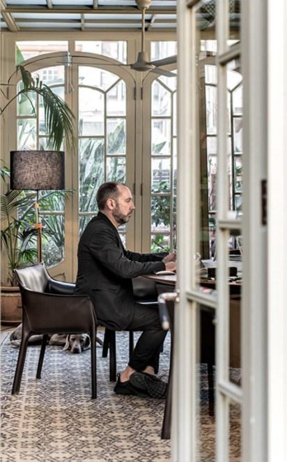 El interiorista trabajando en compañia de su Weimaraner. Fotos: Lazarorosaviolan.com
