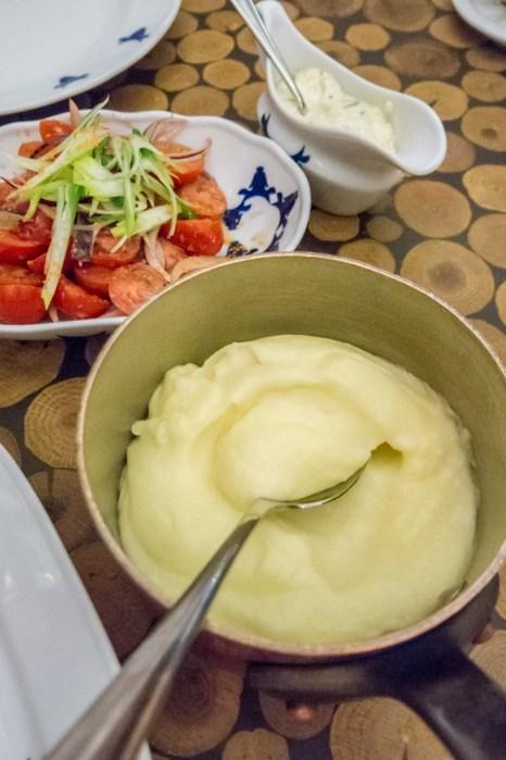 Pure de patatas servido en olla de cobre.
